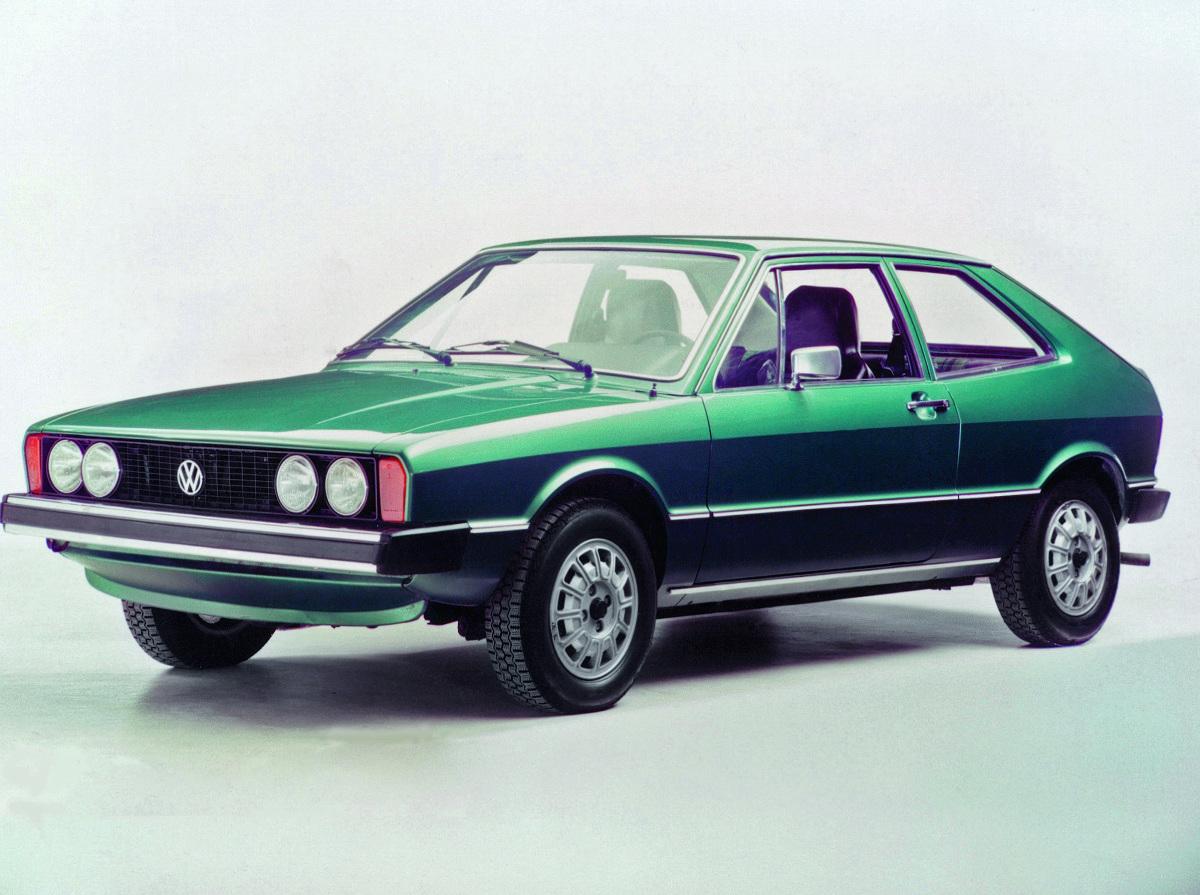 Volkswagen Scirocco. Klasyk z charakterem  Nazwany od suchego, gorącego wiatru znad Sahary wywietrzył z salonów Volkswagena resztki modeli, które w latach siedemdziesiątych odpychały się jeszcze zblokowanym tylnym napędem. Miał silnik poprzecznie ustawiony z przodu i przedni napęd, a do tego składaną tylną kanapę. Nietypowo, jak na auto sportowe.  fot. Volkswagen