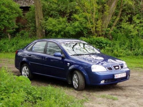 Chevrolet Lacetti sedan to spory samochód o długości 4,5 m oferowany za przystępną cenę. Ma ona zapewne przyciągnąć do salonów co odważniejs