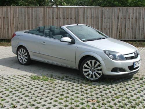 Fot. Bartłomiej Bałdyga: Astra CC jest szersza od hatchbacka zaledwie o 6 mm, krótsza od kombi o 39 mm, mimo tego szczególnie z przodu Twin top do złudzenia przypomina inne wersje tego modelu.