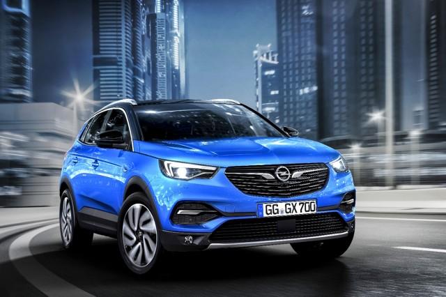 """Opel Grandland X  Grandland X pojawi się na rynku jesienią jako trzeci Opel oznaczony symbolem """"X"""" w nazwie. Dołączy on do krótszych o około 20 centymetrów krewniaków — Opla Crosslanda X i Opla Mokki X.   Fot. Opel"""