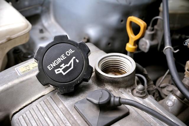 Żywotność silnika samochodowego zależy do wielu czynników, ale tymi najważniejszymi są jakość oleju silnikowego oraz częstotliwość jego wymiany. Według jakich kryteriów należy wymieniać olej? Okazuje się, że wymianę oleju warto dokonywać częściej niż zalecają to producenci. Fot. 123RF