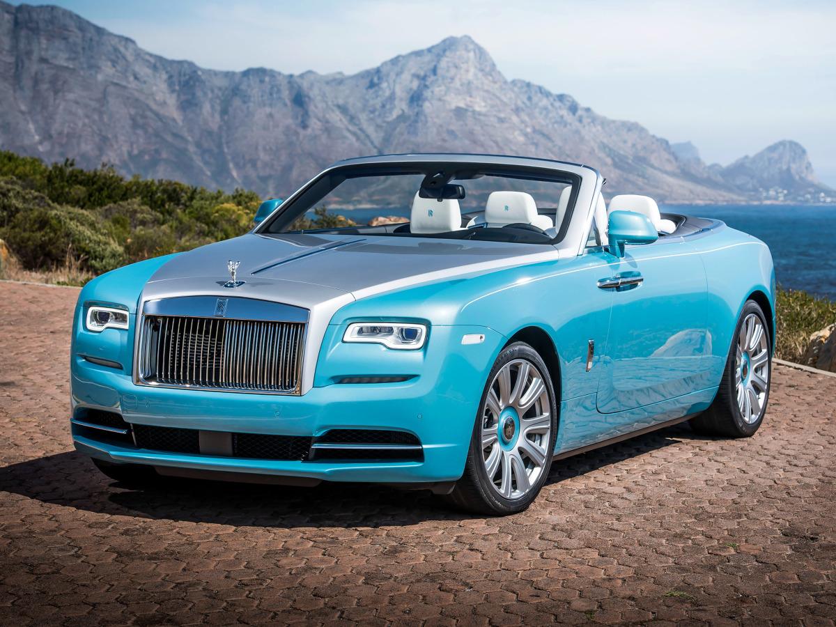Rolls-Royce Dawn  Pierwsze egzemplarze nowego Rolls-Royce'a Dawn trafią do klientów wiosną. Pod maską pracuje 6,6-litrowa jednostka V12 z podwójnym doładowaniem, która dostarcza 571 KM i 780 Nm. Pozwala to do 100 km/h przyspieszyć w 4,9 s, natomiast prędkość maksymalną ograniczono elektroniczne do 250 km/h.   Fot. Rolls-Royce