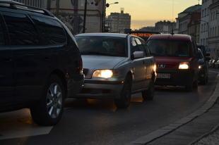 Światła i klakson. Jak komunikować się z innymi kierowcami?