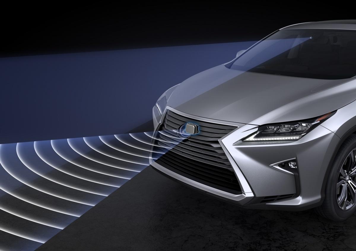 Lexus opracował układy monitorujące zarówno pojazd jak i jego otoczenie, które są gotowe ostrzec kierowcę o każdym zagrożeniu i pomagają uniknąć wypadku. Nowy RX rozpoznaje m.in. objawy świadczące o rozproszeniu lub senności kierowcy i wysyła sygnały ostrzegawcze / Fot. Lexus