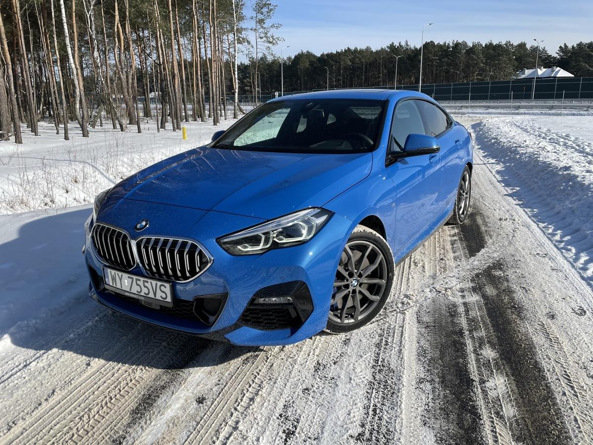 Ma modne nadwozie czterodrzwiowego coupe. Ma kolor, który wyróżnia go w tłumie czarnych i srebrnych samochodów. Ma najmocniejszego w gamie diesla i napęd na cztery koła. Na jego masce umieszczono pożądane, biało-niebieskie logo. W testowanej, niezwykle bogatej konfiguracji, zbliża się ceną do 250 tys. zł. Oto BMW 220d xDrive Gran Coupe. Fot. Jakub Mielniczak