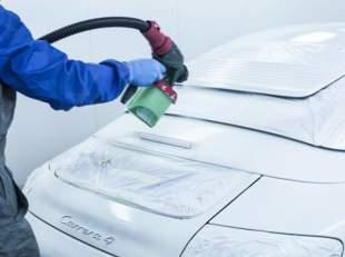Kiedyś zmiana koloru samochodu była procesem drogim i długotrwałym. Dziś trwa kilka godzin i wystarczy na to 1000 zł, np. jeśli posłużymy syntetyczną gumą do lakierowania.  fot. rubbercomp.com