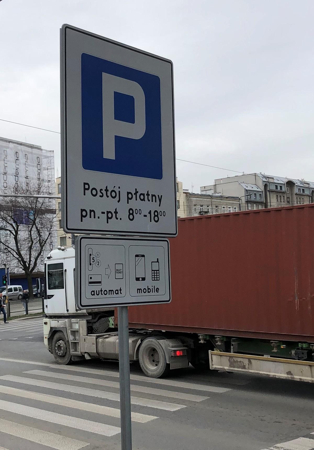Służby epidemiologiczne zachęcają, a zdrowy rozsądek podpowiada, by w ramach możliwości korzystać z dojazdów własnym samochodem, a nie komunikacją miejską. Jednak w centach dużych miast są strefy płatnego parkowania, a całodzienne pozostawienie pojazdu może zrujnować kieszeń. Część samorządów podjęła decyzję o zawieszeniu opłat, inne uważają, że to nierozsądne rozwiązanie.  Fot. Paweł Piątek