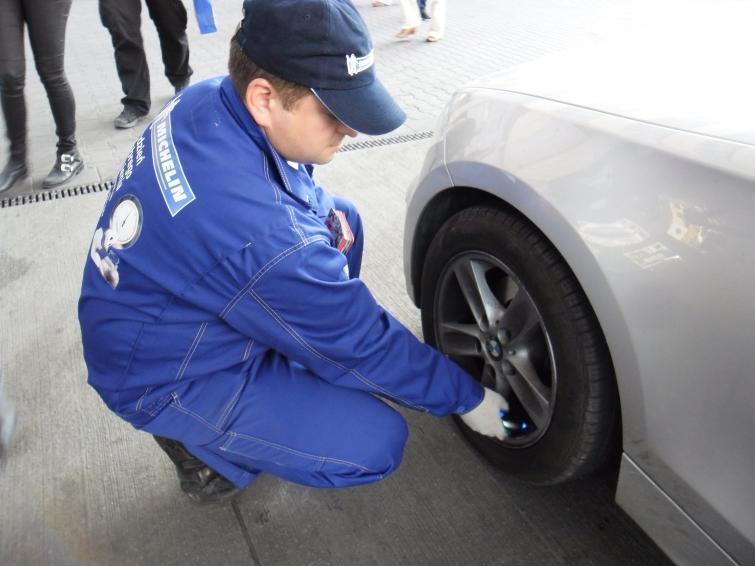 Sprawdź ciśnienie w oponach, oszczędzisz na paliwie