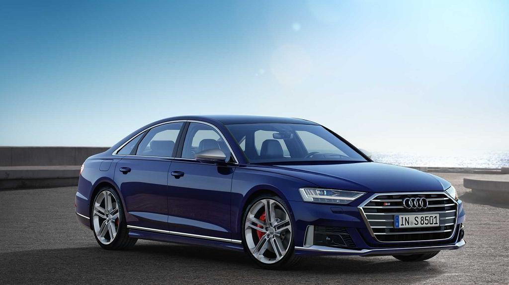 Audi S8   Nowe Audi S8 (D5) napędzane jest 4-litrową, podwójnie-doładowaną jednostką benzynową V8 o mocy 571 KM. Auto posiada trzydzieści osiem systemów wsparcia kierowcy.   Fot. Audi