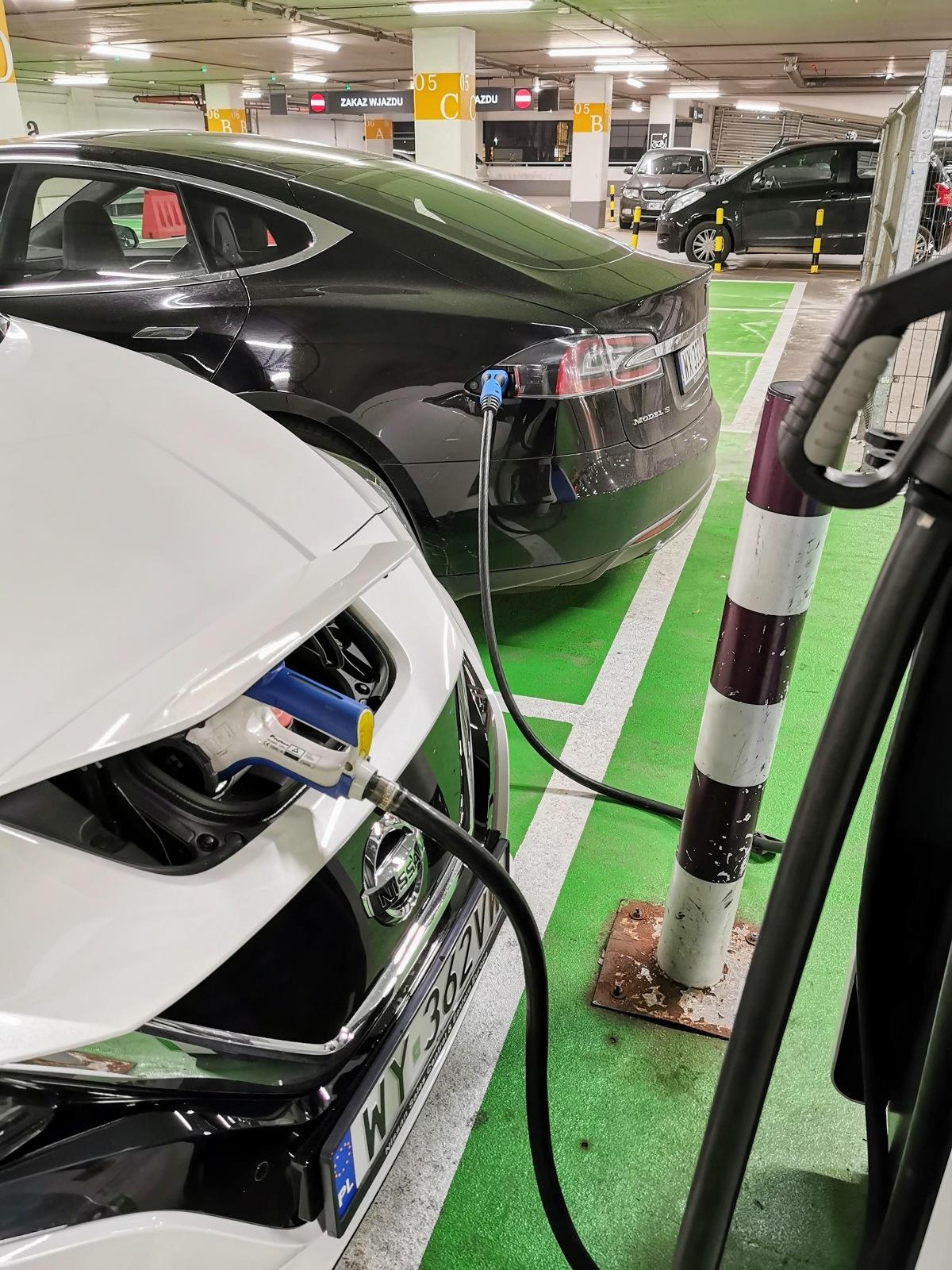 W pierwszej części raportu Motofaktów, poznaliśmy zawiłości ładowania samochodu elektrycznego w budynku wielorodzinnym, wspólnotowej hali garażowej i domu jednorodzinnym. Dziś zapraszamy na część drugą, w której zapoznamy się z niespodziankami, czyhającymi na właścicieli rozładowanych samochodów elektrycznych w miejskiej dżungli.  Fot. Jacek Wasilewski
