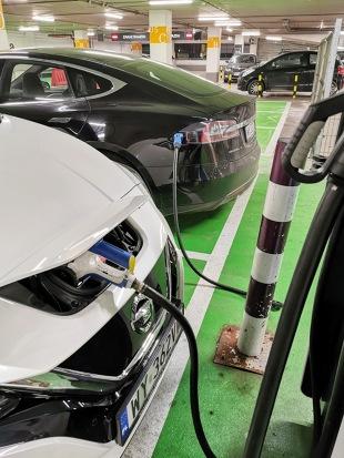 Ładowanie samochodu elektrycznego. Część 2 - miasto. Jak naładować elektryka na mieście?