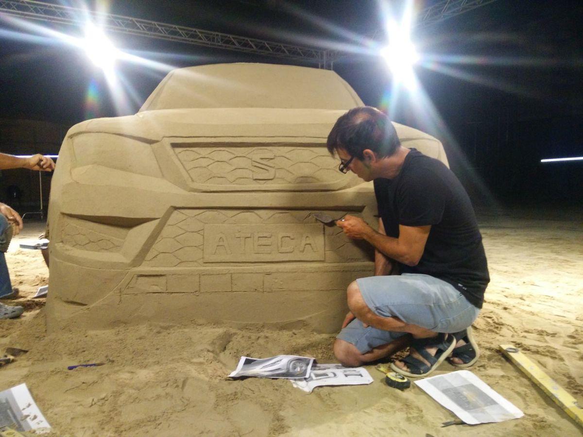 26 ton piasku wykorzystał hiszpański artysta Sergi Ramírez do stworzenia… rzeźby Seata Ateca. Nowy model marki wykonany z niecodziennego materiału pojawił się na terminalu barcelońskiego lotniska El Prat. Rzeźbę naturalnych rozmiarów można oglądać do końca października / Fot. Seat