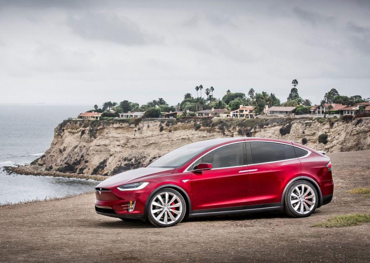 Tesla Model X 90D  Na pierwszym miejscu w zestawieniu Consumer Reports znalazł się samochód elektryczny. Model X 90D produkowany przez Teslę kosztuje według Consumer Reports od 83 tys. dolarów (ponad 330 tys. zł). Specjaliści musieli w tym przypadku zastosować ekwiwalent MPGE (mile-per-galon gasoline equivalent). Zgodnie z ich obliczeniami model ten jest w stanie na teoretycznym jednym galonie paliw przejechać w miejcie 90 mil, a na trasie 94 mile. Po przeliczeniu – Tesla Model X 90D pokona na ilości energii odpowiadającej jednemu litrowi paliwa około 32 km w mieście i tyle samo na trasie.  Fot. Tesla