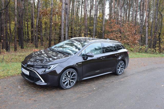 W październiku 2018 roku na salonie samochodowym w Paryżu Toyota zaprezentowała Corollę dwunastej generacji z nadwoziem kombi. W 2019 roku auto trafiło do sprzedaży w Polsce. Obecnie w wersji kombi dostępne są trzy odmiany napędowe w tym dwie hybrydowe: 1.2 Turbo 116 KM, 1.8 Hybrid 122 KM i 2.0 180 KM Hybrid. W naszym teście kombi z najnowszym 2-litrowym napędem hybrydowym o mocy 180 KM.   Fot. Marcin Rejmer