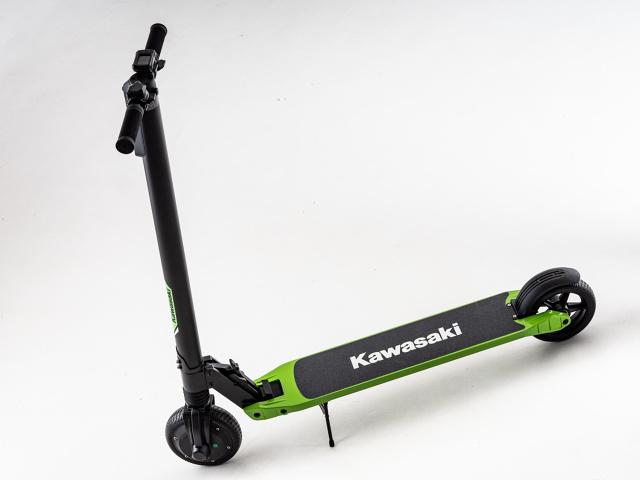 Silnik o mocy 350W umożliwia rozpędzenie pojazdu do 25 km/h. Zasięg urządzenia na jednym ładowaniu wynosi natomiast 15 km.  Fot. Kawasaki