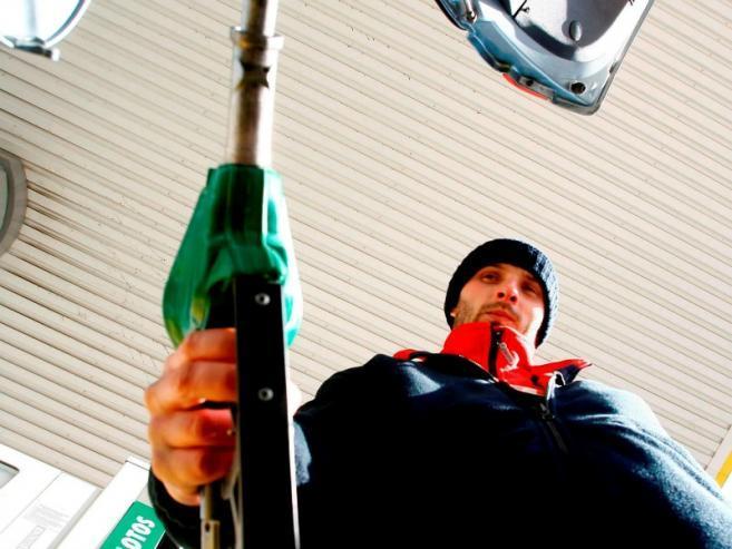 Kierowcy tankujący na polskich stacjach mogą cieszyć się z obniżek cen/fot. Bartosz Gubernat