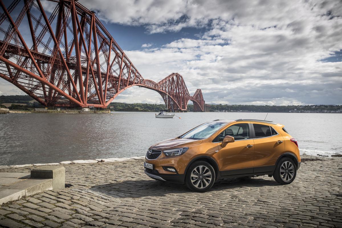 Opel Mokka X  W Polsce najtańsza wersja Essentia z silnikiem 1.6 Ecotec o mocy 115 KM i napędem na przednią oś kosztuje 72 450 zł. W standardzie klienci otrzymają m.in. układy ABS, ESP, przednie, boczne i kurtynowe poduszki powietrzne, klimatyzację, ABS, ESP, radioodtwarzacz, tempomat, elektrycznie sterowane szyby przednie i lusterka, centralny zamek oraz fabryczny autoalarm.  Fot. Opel
