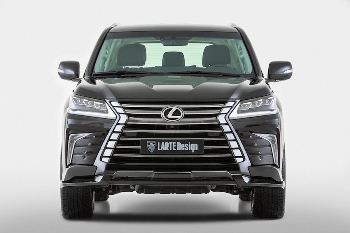 Lexus LX   Zestaw obejmuje nowy przedni i tylny zderzak, nakładki progów i kilka wzorów felg ze stopów lekkich. Przedni zderzak dostępny jest w dwóch odmianach o różnej wielkości, różniących się też obecnością dodatkowych spoilerów i nakładek przy światłach do jazdy dziennej.   Fot. LARTE Design