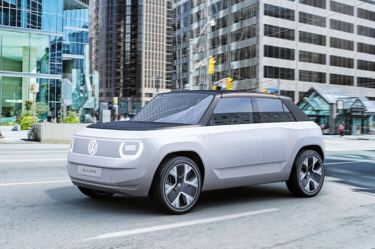 Volkswagen ID.LIFE.  Do 2025 roku do gamy modeli z rodziny ID. dołączy małe auto, którego ceny na rynku niemieckim będą zaczynać się od około 20.000 euro.  Podczas Międzynarodowych Targów Motoryzacyjnych IAA MOBILITY 2021 w Monachium Volkswagen prezentuje koncepcyjnego kompaktowego crossovera.  Fot. Volkswagen