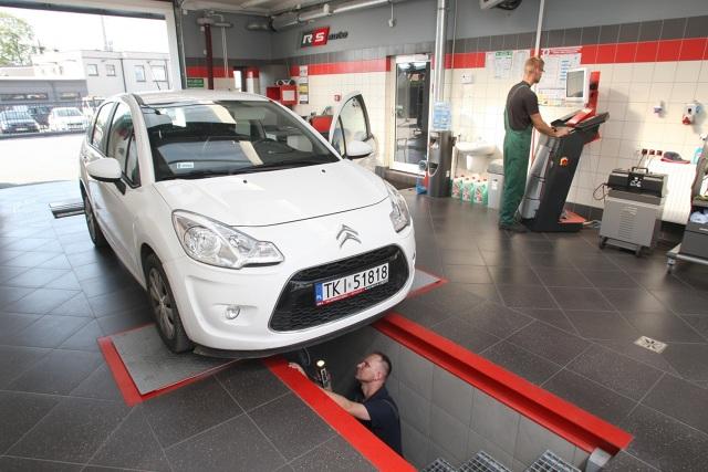 Okresowe badanie techniczne pojazdu jest w Polsce obowiązkowe. W przypadku samochodów nowych, wykonuje się je po raz pierwszy przed upływem trzech lat od daty pierwszej rejestracji. Przegląd jest wówczas ważny na kolejne dwa lata, po upływie których auto musi odwiedzać stację kontroli pojazdów już co roku. Fot. Dawid Łukasik