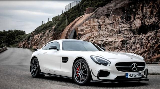 Mercedes-AMG GT S  Benzynowy silnik V8 dostarcza standardowo 510 KM mocy. Zastosowanie nowego dolotu oraz lżejszego układu wydechowego i mapowanie komputera sterującego sprawiły, że motor generuje teraz 660 KM.  Fot. RevoZport