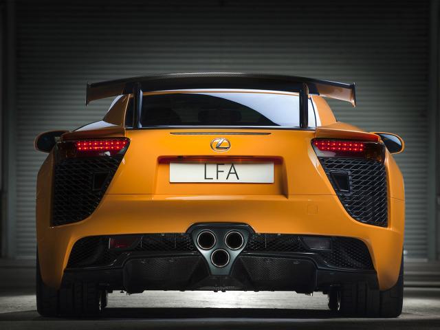 Lexus LFA  Dobry samochód sportowy musi być dopracowany w każdym calu - od przednich wlotów powietrza aż po końcówki wydechu. A producenci robią wszystko, by nawet te ostanie były w ich samochodach niepowtarzalne.  Fot. Lexus