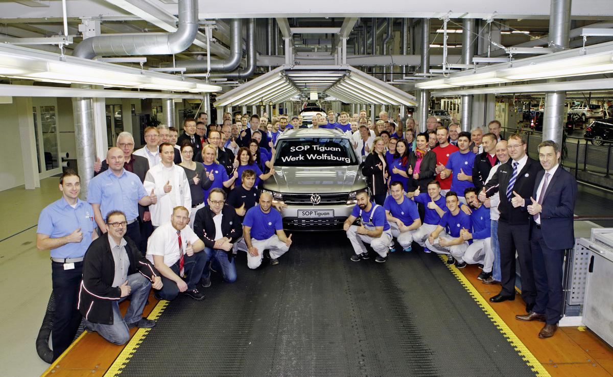 W zakładach Volkswagena w Wolfsburgu z linii montażowej zjechał wczoraj pierwszy egzemplarz Tiguana drugiej generacji / Fot. Volkswagen