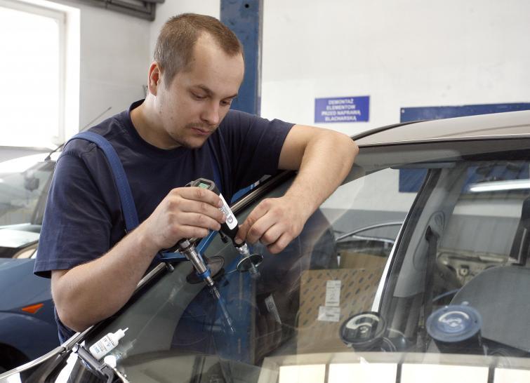 Naprawa szyb samochodowych - klejenie czy wymiana? Poradnik