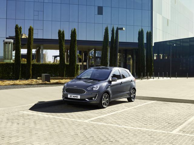 Ford Ka+  Nowe modele KA+ są dostępne z wieloma elementami podnoszącymi wygodę, w tym z systemem komunikacji i rozrywki Ford SYNC 3, wycieraczkami z sensorem deszczu, czy z automatycznymi reflektorami.  Fot. Ford