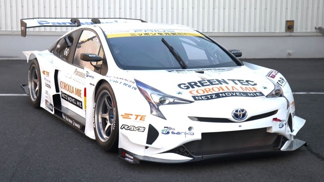 Jak co roku na targach Tokyo Auto Salon firmy tuningowe z całego świata pokazują wiele sportowych Toyot. Zwykle dominują wariacje na temat GT86, jednak w tym roku firma APR Racing pokazała prawdziwą sensację – Priusa GT / Fot. Toyota