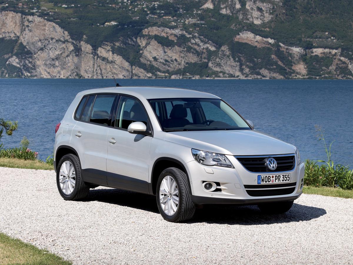 Volkswagen Tiguan (2007 - 2011)  Tiguan świetnie się prowadzi, ma precyzyjny układ kierowniczy i wybór silników zapierający dech. Wśród dziewięciu jednostek benzynowych i sześciu turbodiesli każdy z pewnością znajdzie coś dla siebie.   Fot. Volkswagen