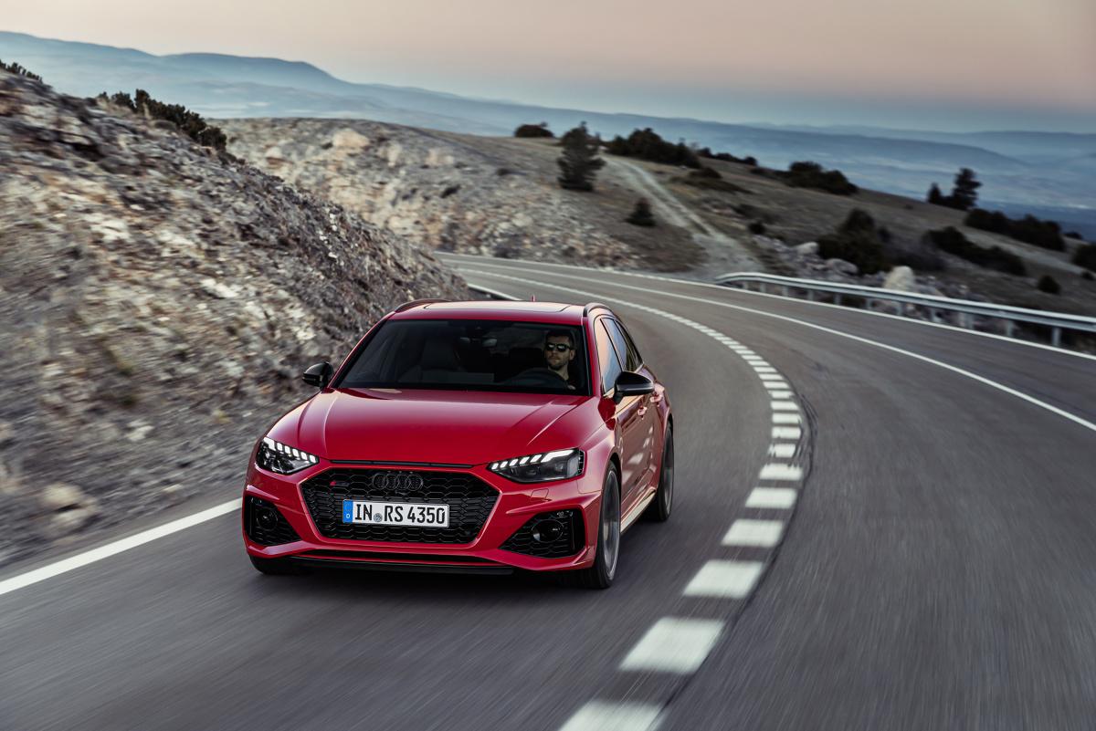 Audi RS 4 Avant   Audi Sport dopracowało teraz wiele szczegółów wprowadzonego na rynek we wrześniu 2017 r. Audi RS 4 Avant.  Wysokoobrotowy silnik V6 biturbo o mocy wyjściowej 450 KM, w szerokim zakresie obrotów od 1900 do 5000, przekazuje na wał korbowy imponujące 600 Nm momentu obrotowego.   Fot. Audi