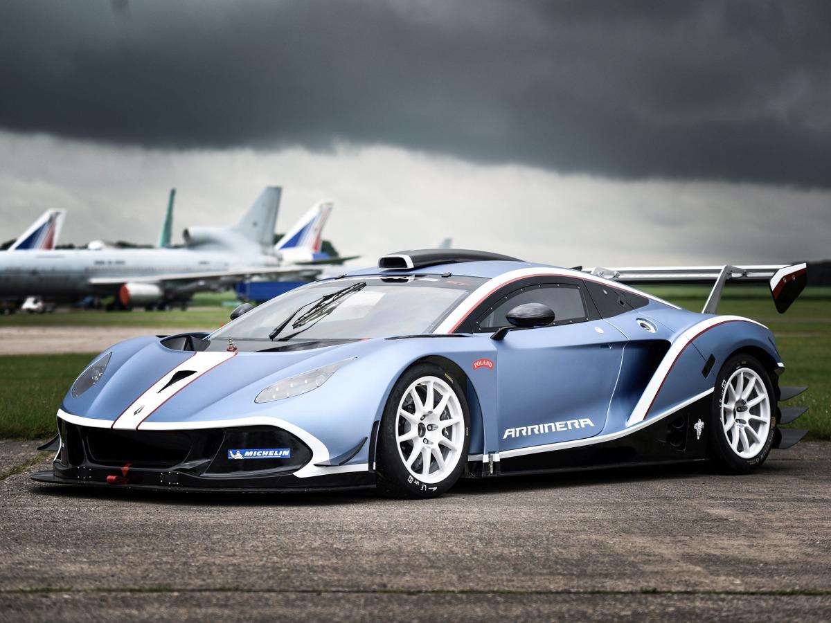 Arrinera Hussarya GT  Za  napęd odmiany GT odpowiada 6,2-litrowy silnik V8 o mocy 450 KM oraz maksymalnym momencie obrotowym ponad 580 Nm. Wiadomo, że jednostka współpracuje z sześciostopniową skrzynię biegów, sterowaną łopatkami przy kierownicy. Napęd trafia na tył, a dostawcą opon jest Michelin.  Fot. Arrinera