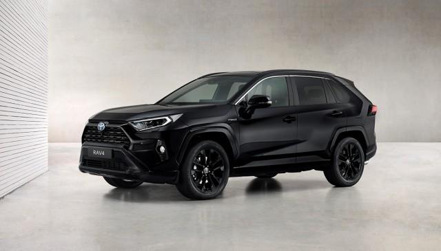 RAV4 Hybrid Black Edition by JBL to nowa edycja limitowana średniej wielkości SUV-a Toyoty, która zwraca uwagę mocną stylizacją, utrzymaną konsekwentnie w czarnej tonacji.  Fot. Toyota
