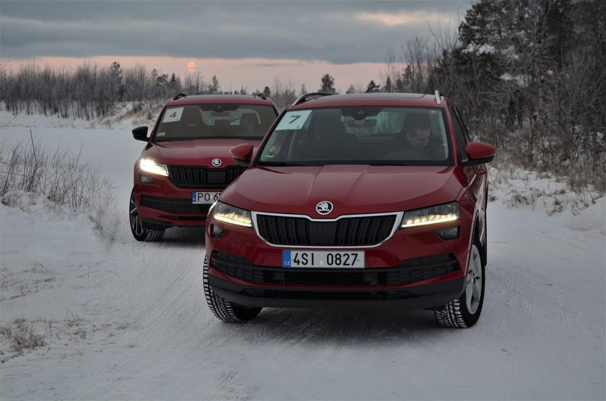 Duże opady śniegu, które na początku roku nawiedziły nasz kraj spowodowały, że wielu kierowców i ich samochodów okazało się bezradnych na zimowe warunki jazdy. Większe szanse na walkę z poślizgiem i ze śniegiem mają użytkownicy aut z napędem 4x4.  Fot. Michał Kij