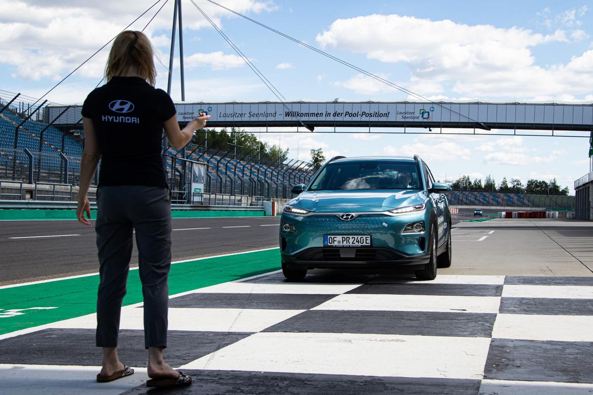 Wyzwanie było proste: każdy z samochodów na pojedynczym naładowaniu miał za zadanie przejechać dystans ponad 1000 km.   Fot. Hyundai
