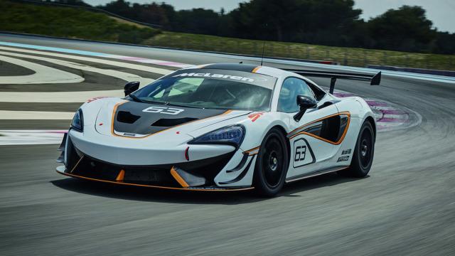 McLaren 570S Sprint  Opcjonalnie możemy zamówić hydrauliczny system, który podnosi pojazd. Zdecydować możemy się także na dołożenie fotela dla pasażera.  Fot. McLaren