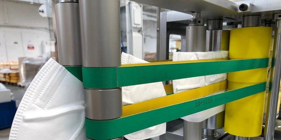Zakład PZL Sędziszów, znany dotychczas z produkcji filtrów do samochodów oraz maszyn rolniczych, intensyfikuje swoje zaangażowanie w walce z SARS-CoV-2. Spółka poinformowała, że uruchomiła najnowocześniejszą linię do produkcji masek ochronnych klasy KN95, spełniającej standardy europejskiej klasy filtracji FFP. Maski już niedługo trafią do klientów indywidualnych.  Fot. PZL Sędziszów