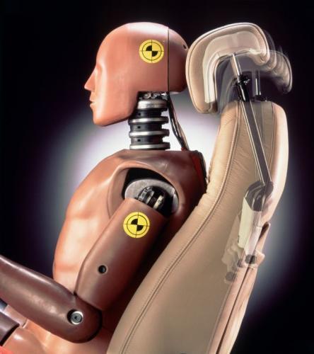 Fot. Saab: W oparciu fotela zainstalowana jest konstrukcja dźwigniowa, która pod wpływem siły uderzenia przesuwa zagłówek do przodu tak, by przytrzymał głowę.