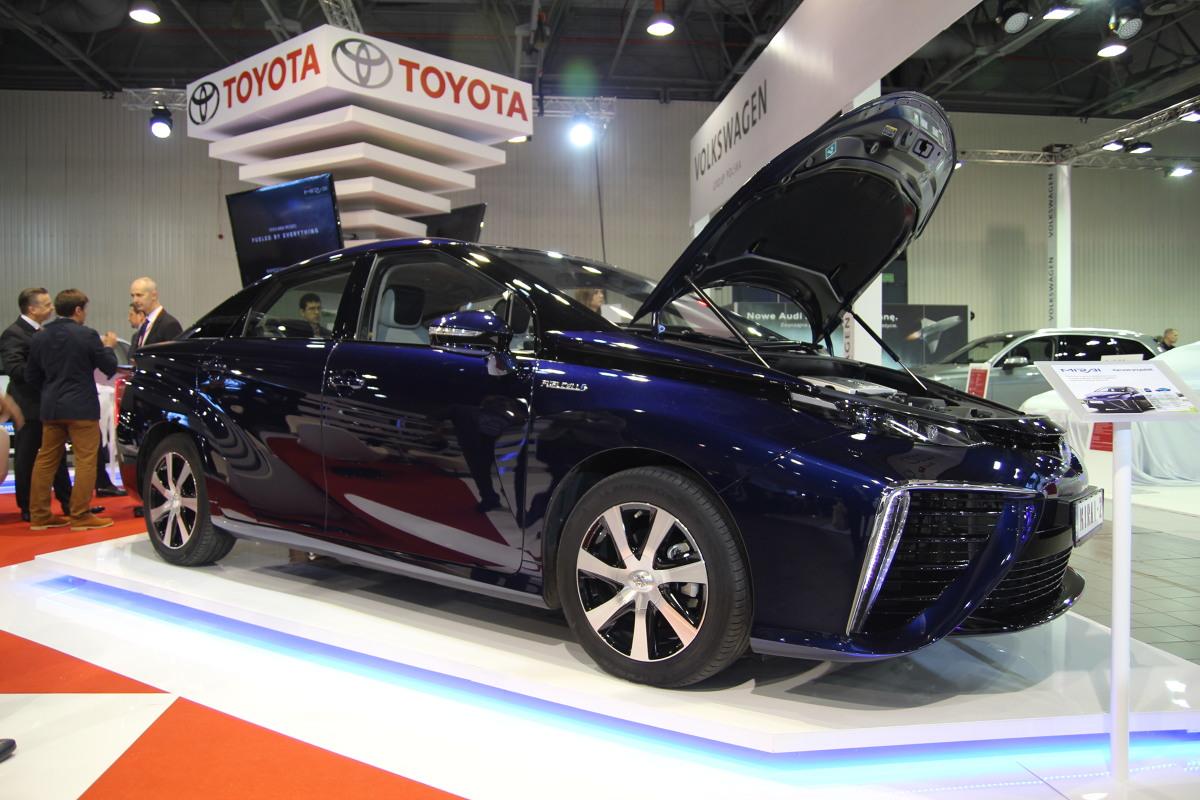 Toyota Mirai  Mirai wykorzystuje do napędu wodór, którego utlenianie w ogniwach paliwowych daje energię elektryczną i wodę. Auto w europejskiej specyfikacji do 100 km/h przyspiesza w 9,6 s, a maksymalnie może rozpędzić się do 178 km/h. Istotne jest, że na jednym ładowaniu możemy pokonać dystans do 483 km.  Fot. Motofakty.pl