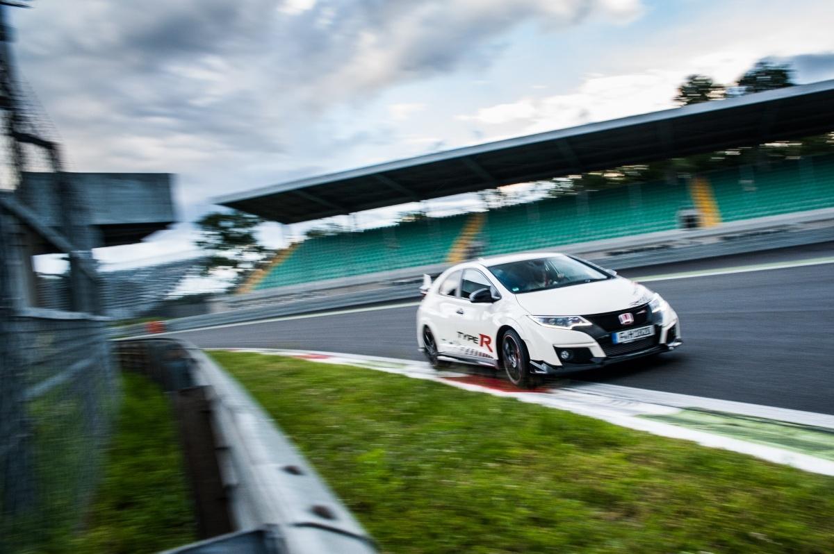 Honda Civic Type R  Honda Civic Type R przemierzyła Europę w celu ustanowienia nowych, najlepszych czasów przejazdu zanotowanych przez przednionapędowe samochody seryjne na pięciu legendarnych torach wyścigowych.  Fot. Honda