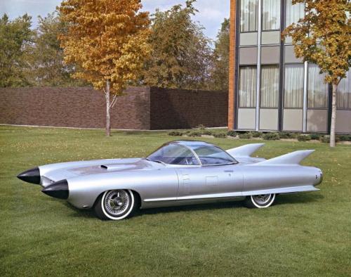 Fot. General Motors: Cadillac Cyclone z 1959 roku miał odsuwane za naciśnięciem guzika drzwi, chowany, przezroczysty dach i radar ostrzegający o przeszkodach. Kształt nadwozia wyraźnie nawiązywał do smukłych rakiet kosmicznych.