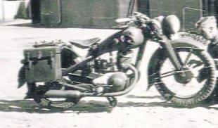Taki sam motocykl na zdjęciu z epoki. Wszystkie widoczne detale wyglądają identycznie Fot: Archiwum