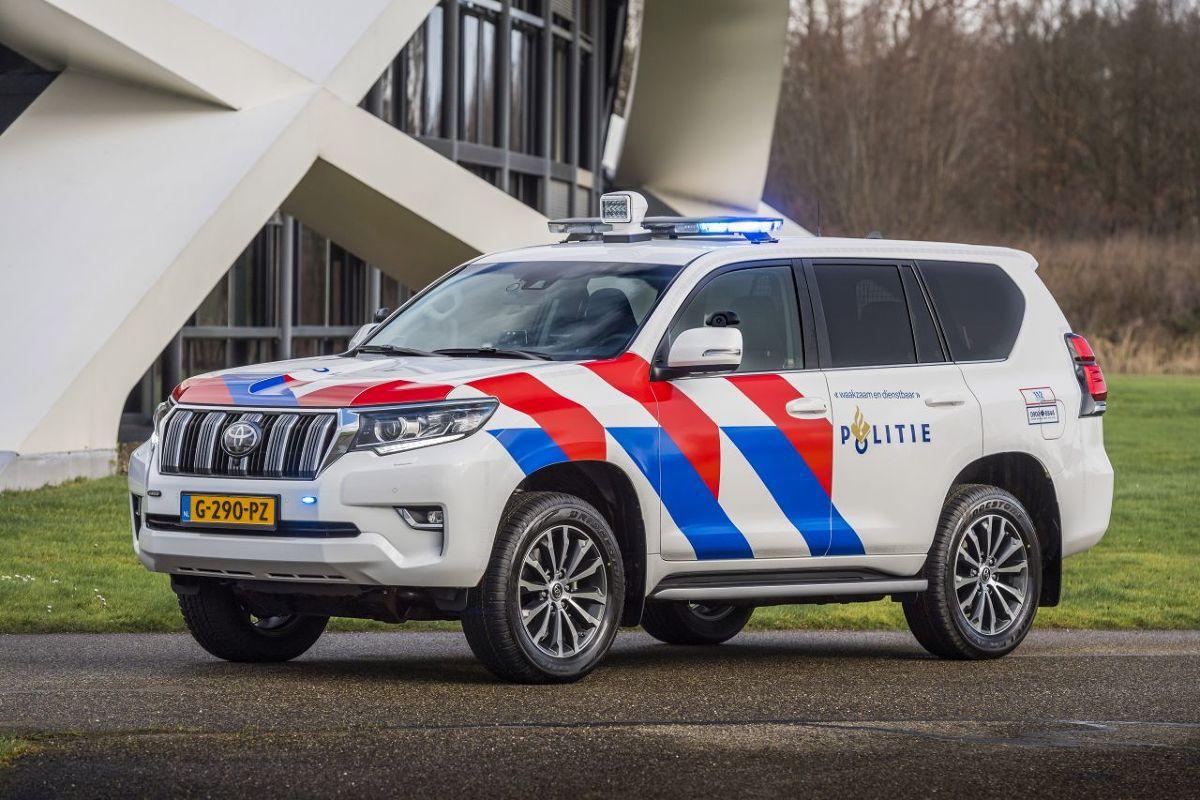 Toyota podpisała umowę z Policją Narodową w Niderlandach na dostarczenie floty nowych samochodów terenowych. Do służby w policji zostały wybrane Toyota Hilux i Toyota Land Cruiser. Zdecydowały o tym ich możliwości terenowe, wyjątkowa trwałość i niezawodność obu modeli oraz przystępne ceny, w połączeniu z jakością obsługi i serwisu niderlandzkiej sieci dealerskiej Toyoty.  Fot. Toyota