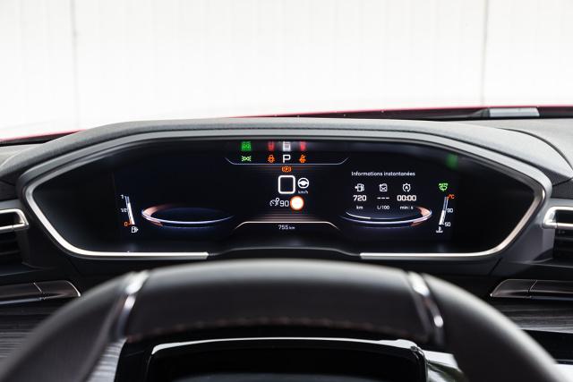 Gdy w marcu na salonie samochodowym w Genewie Peugeot pokazał nową odsłonę modelu 508, świat dziennikarski nie szczędził pochwał za design flagowej limuzyny francuskiej marki. Teraz przyszedł czas, by z salonu wyjechać na ulice i sprawdzić, co auto realnie ma do zaoferowania przyszłym nabywcom.  Fot. Peugeot