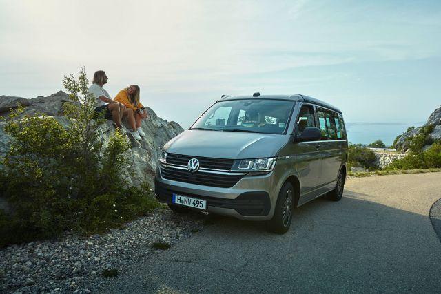 Volkswagen California   Podczas targów Caravan Salon w Dusseldorfie, które trwać będą do 8 września, Volkswagen Samochody Użytkowe przedstawia kolejną niespodziankę – światową premierę nowej Californii 6.1, której bazowa wersja Beach po raz pierwszy jest wyposażona w kuchnię.  Fot. Volkswagen