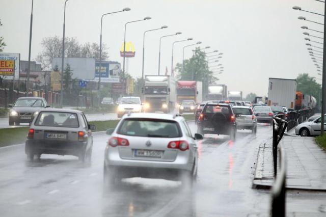 Bezpieczny odstęp między samochodami. Poradnik