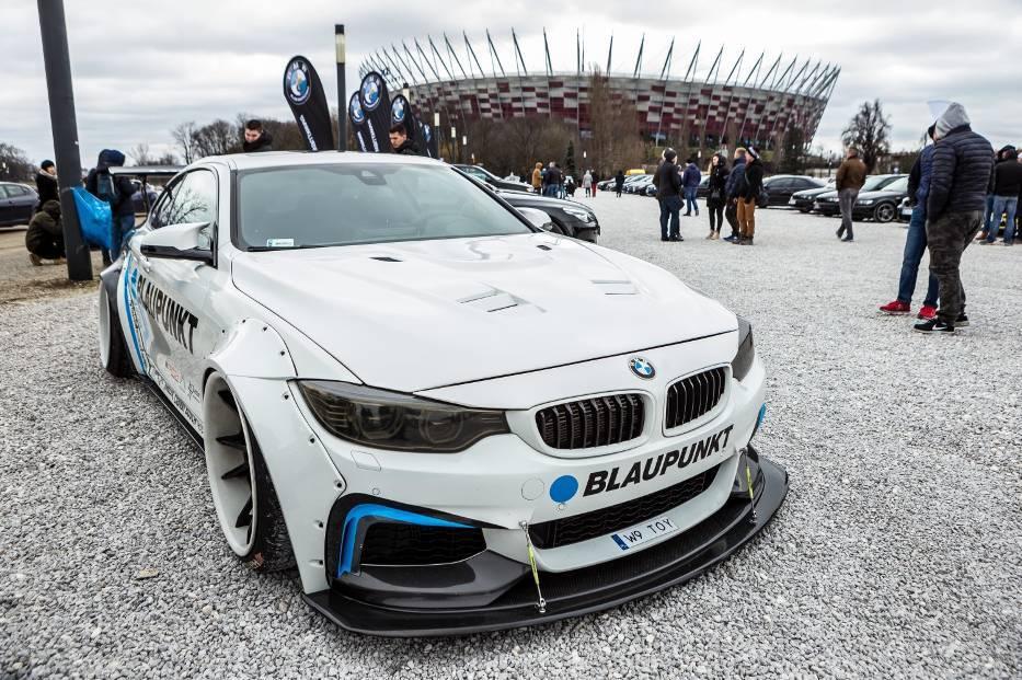 """Open Spot 2017 BMW. Takie cacka mogliśmy oglądać na błoniach Narodowego  Na błoniach Narodowego pojawiły się dziesiątki stylowych samochodów BMW. Miłośnicy marki pokazali swoje wersje kultowych """"beemek"""", tuningowane egzemplarze oraz klasyczne modele sprzed lat.  Fot. Szymon Starnawski"""