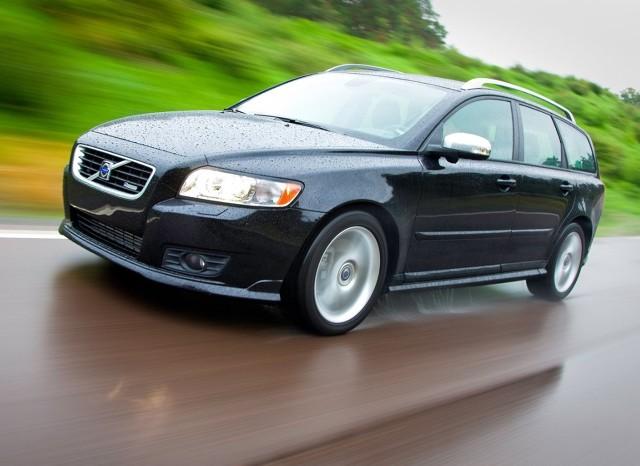 Rodzinne kombi marki Volvo w rozsądnej cenie? Skojarzenia wielu kierowców zapewne powędrują w stronę starych, mało urodziwych, ale do bólu praktycznych modeli z lat 90-tych. Na szczęście czas biegnie do przodu i dziś w rozsądnej cenie dostaniemy o wiele ładniejsze, co prawda nieco mniejsze, ale bardzo komfortowe Volvo V50.   Fot. Volvo