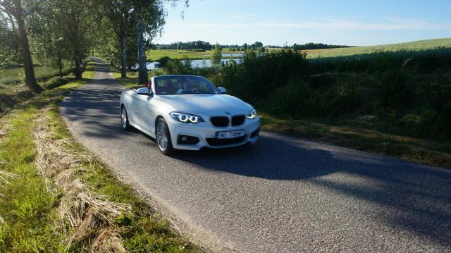 A gdyby tak otworzyć dach i przez chwilę zapomnieć o wszystkim? BMW serii 2 Cabrio daje taką możliwość.  Fot. Konrad Grobel